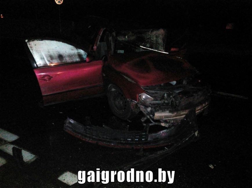 В Гродно возле Южного рынка легковушка влетела в рейсовый автобус - есть пострадавшие, фото-1