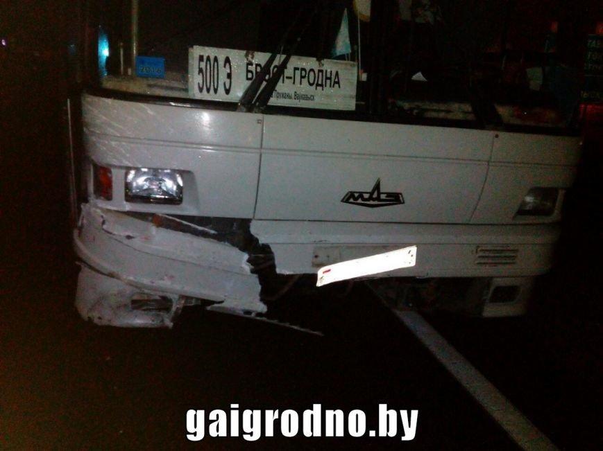 В Гродно возле Южного рынка легковушка влетела в рейсовый автобус - есть пострадавшие, фото-3