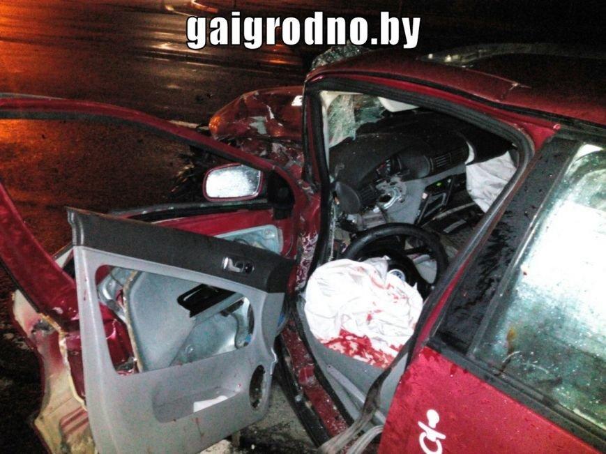 В Гродно возле Южного рынка легковушка влетела в рейсовый автобус - есть пострадавшие, фото-4