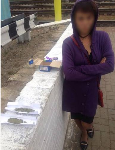На Конотопському вокзалі затримали дівчину з наркотиками (ФОТО), фото-1