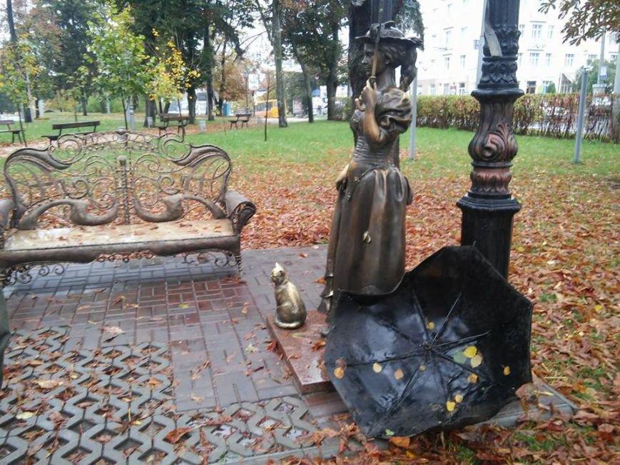 В Сумах вандалы снова сломали зонтик «Даме» (ФОТО+ВИДЕО), фото-1