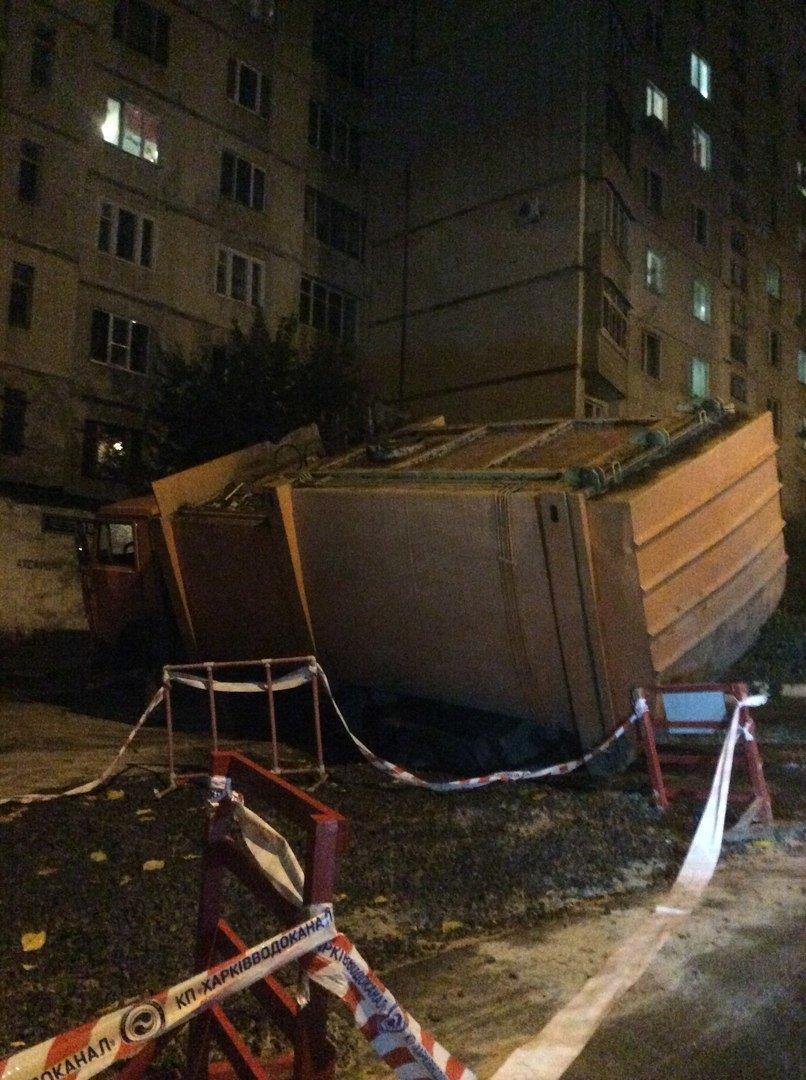 В Харькове грузовик провалился под землю (ФОТО), фото-1