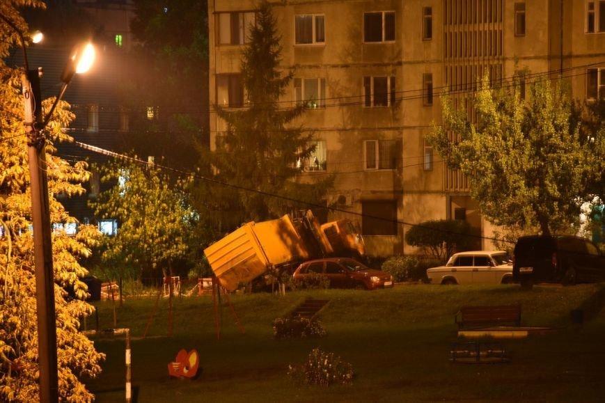 В Харькове грузовик провалился под землю (ФОТО), фото-2