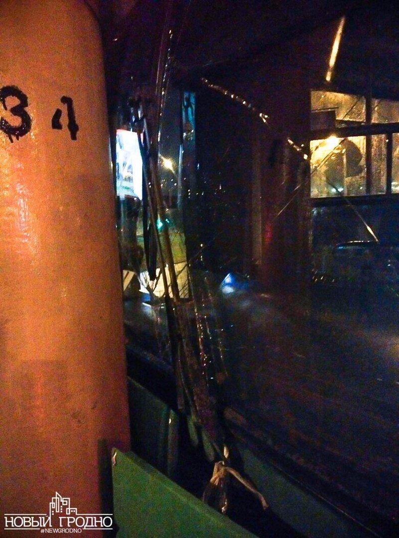 В Гродно на кольце филармонии рейсовый автобус врезался в столб, фото-2