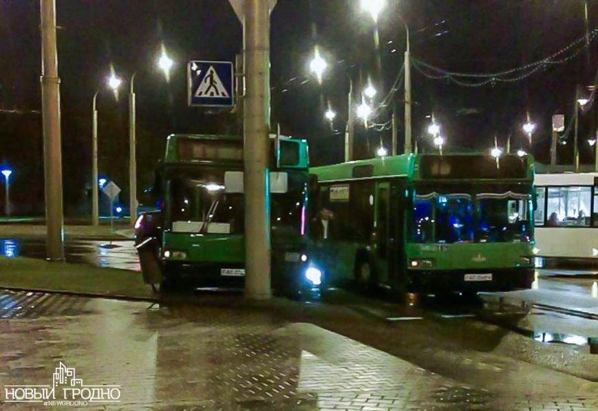 В Гродно на кольце филармонии рейсовый автобус врезался в столб, фото-1