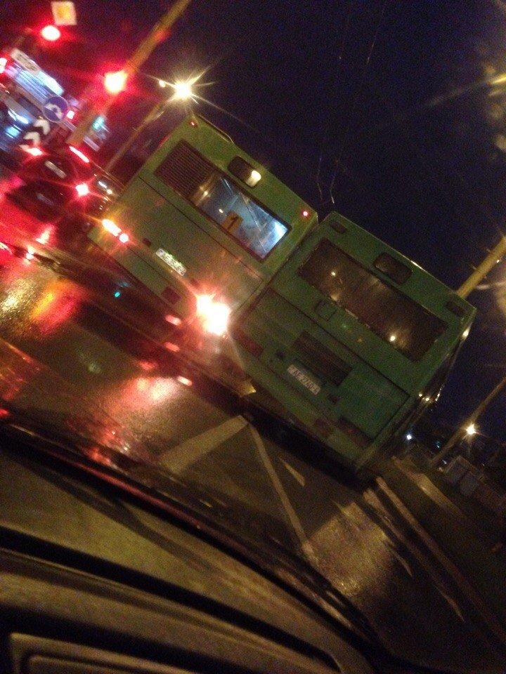 В Гродно на кольце филармонии рейсовый автобус врезался в столб, фото-5