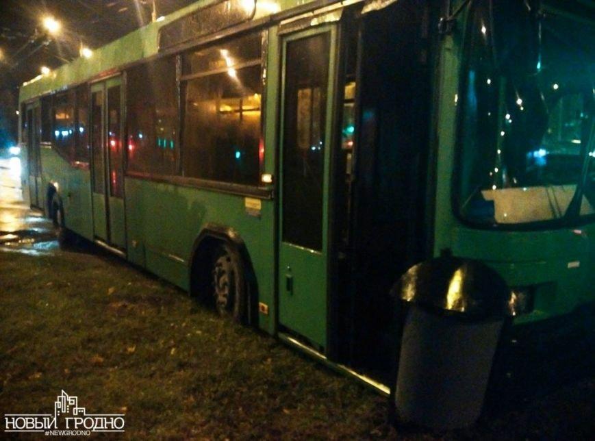 В Гродно на кольце филармонии рейсовый автобус врезался в столб, фото-4