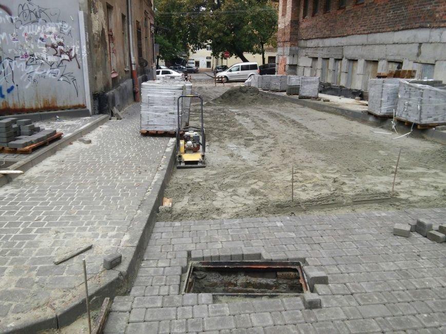 На ділянці площі Осмомисла - вул. Підмурна замощують дорожнє покриття (ФОТО), фото-5