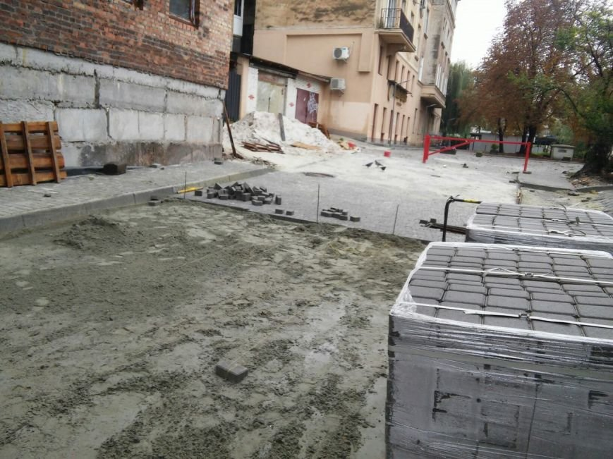 На ділянці площі Осмомисла - вул. Підмурна замощують дорожнє покриття (ФОТО), фото-8
