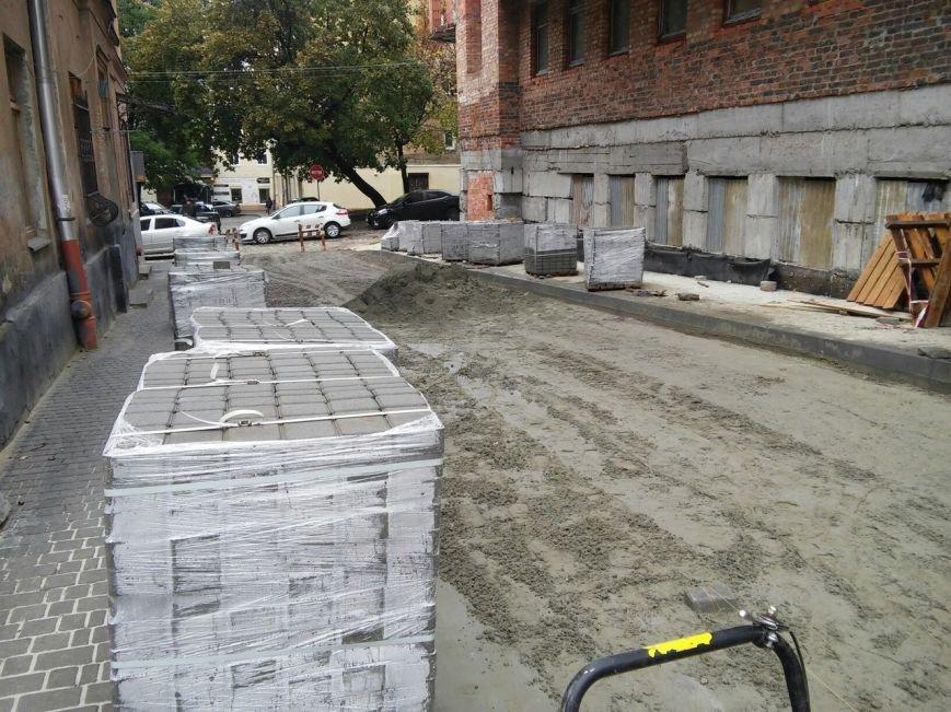 На ділянці площі Осмомисла - вул. Підмурна замощують дорожнє покриття (ФОТО), фото-7