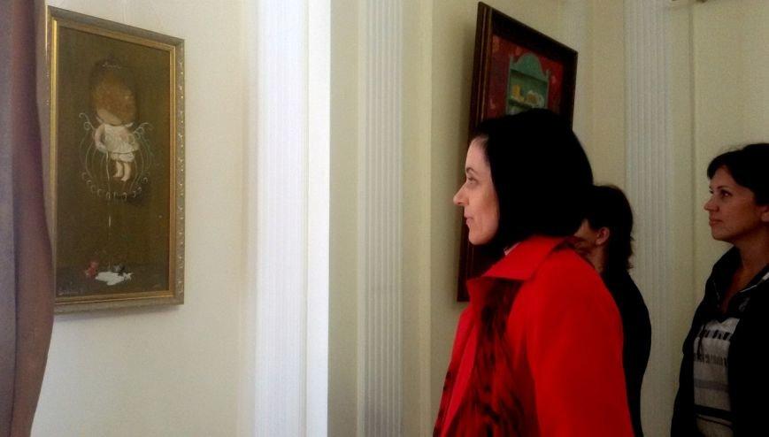 «Поставщик счастья № 1»: в Черноморске открылась выставка картин Евгении Гапчинской (фото), фото-1