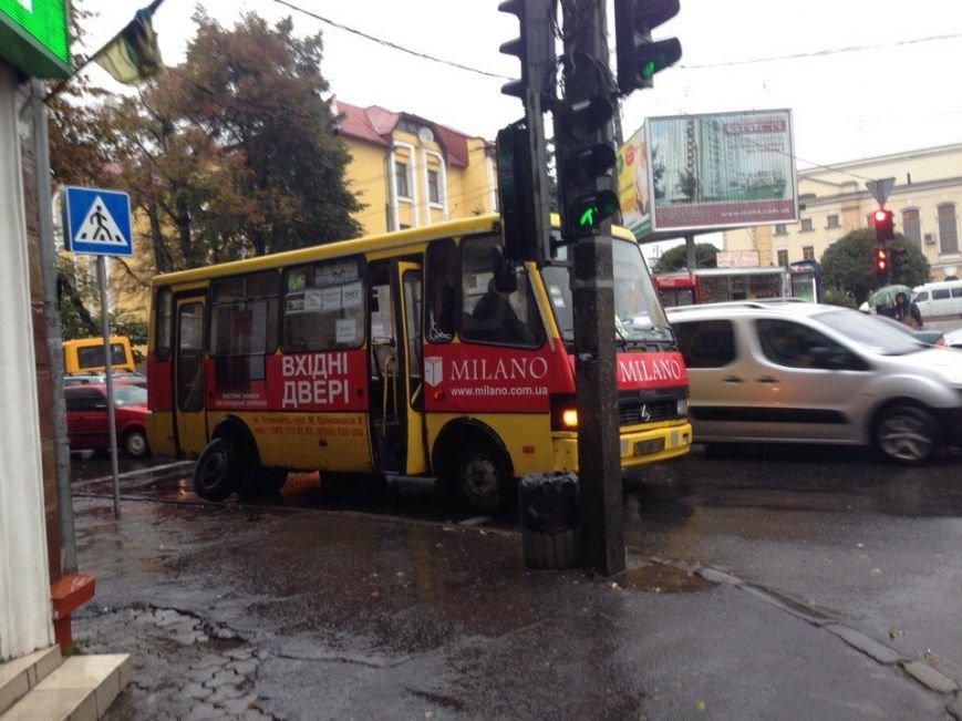 У Тернополі біля залізничного вокзалу в маршрутки відлетіло колесо (фото), фото-2