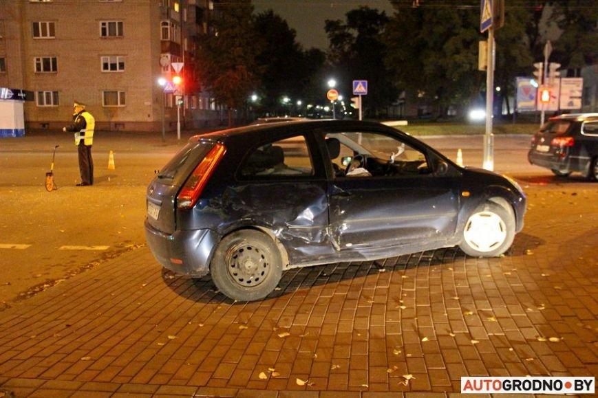 """Тройная авария в Гродно: два автомобиля вынесло на тротуар, пострадал пешеход. Все водители говорят, что ехали на """"зеленый"""", фото-4"""