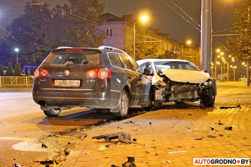 """Тройная авария в Гродно: два автомобиля вынесло на тротуар, пострадал пешеход. Все водители говорят, что ехали на """"зеленый"""", фото-8"""