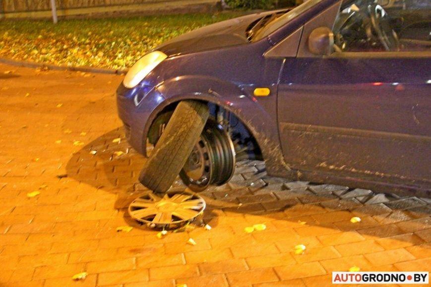 """Тройная авария в Гродно: два автомобиля вынесло на тротуар, пострадал пешеход. Все водители говорят, что ехали на """"зеленый"""", фото-5"""