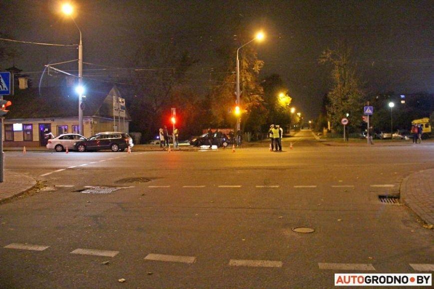 """Тройная авария в Гродно: два автомобиля вынесло на тротуар, пострадал пешеход. Все водители говорят, что ехали на """"зеленый"""", фото-16"""
