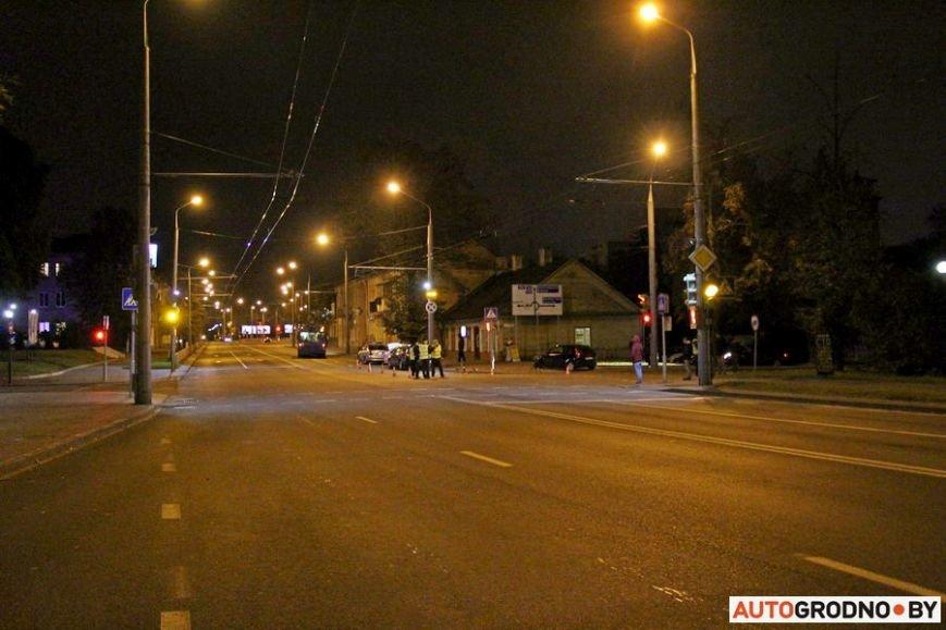 """Тройная авария в Гродно: два автомобиля вынесло на тротуар, пострадал пешеход. Все водители говорят, что ехали на """"зеленый"""", фото-17"""