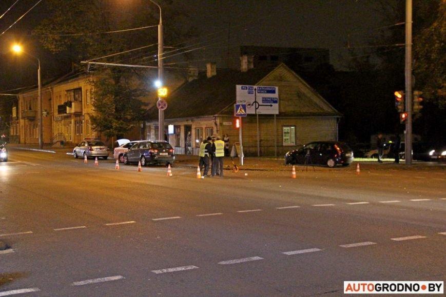"""Тройная авария в Гродно: два автомобиля вынесло на тротуар, пострадал пешеход. Все водители говорят, что ехали на """"зеленый"""", фото-18"""