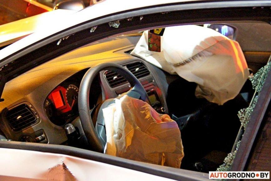 """Тройная авария в Гродно: два автомобиля вынесло на тротуар, пострадал пешеход. Все водители говорят, что ехали на """"зеленый"""", фото-10"""