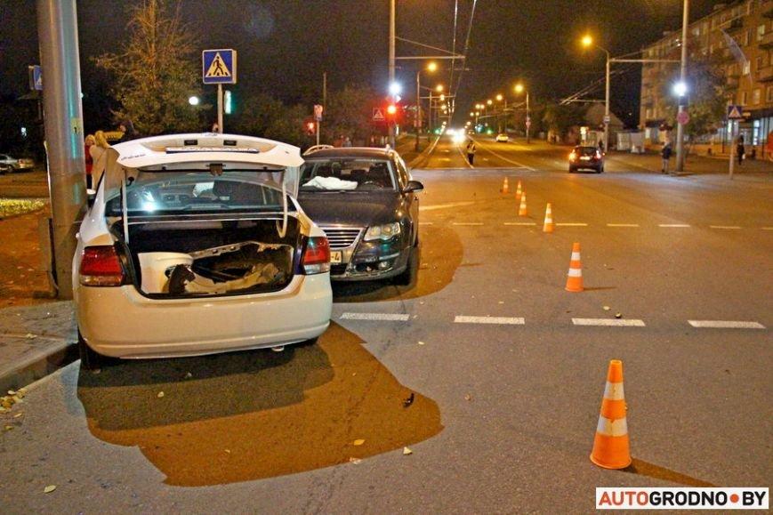 """Тройная авария в Гродно: два автомобиля вынесло на тротуар, пострадал пешеход. Все водители говорят, что ехали на """"зеленый"""", фото-11"""
