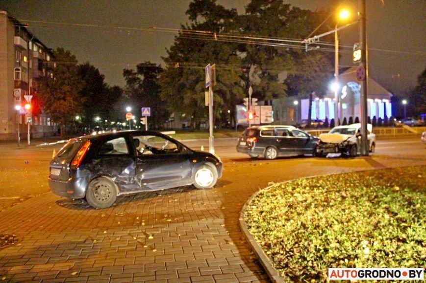 """Тройная авария в Гродно: два автомобиля вынесло на тротуар, пострадал пешеход. Все водители говорят, что ехали на """"зеленый"""", фото-1"""