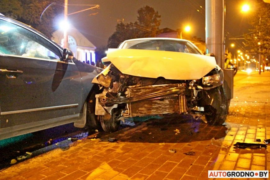 """Тройная авария в Гродно: два автомобиля вынесло на тротуар, пострадал пешеход. Все водители говорят, что ехали на """"зеленый"""", фото-7"""