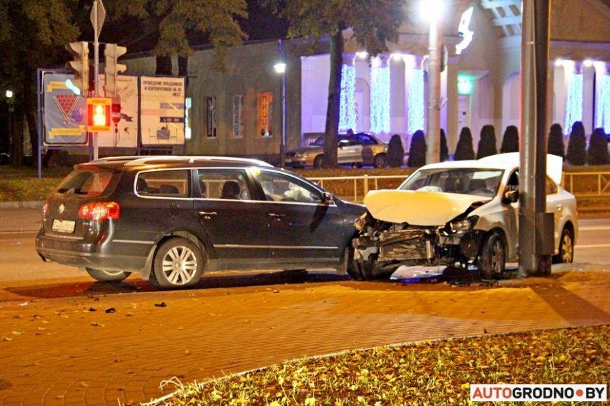 """Тройная авария в Гродно: два автомобиля вынесло на тротуар, пострадал пешеход. Все водители говорят, что ехали на """"зеленый"""", фото-2"""