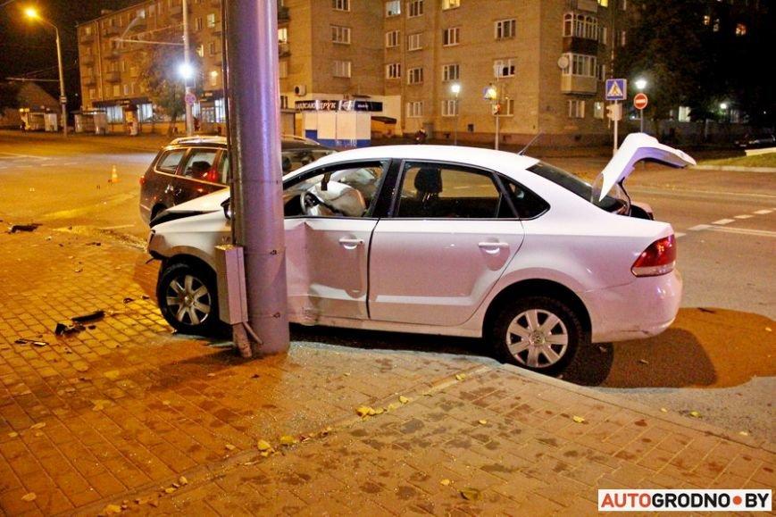 """Тройная авария в Гродно: два автомобиля вынесло на тротуар, пострадал пешеход. Все водители говорят, что ехали на """"зеленый"""", фото-3"""