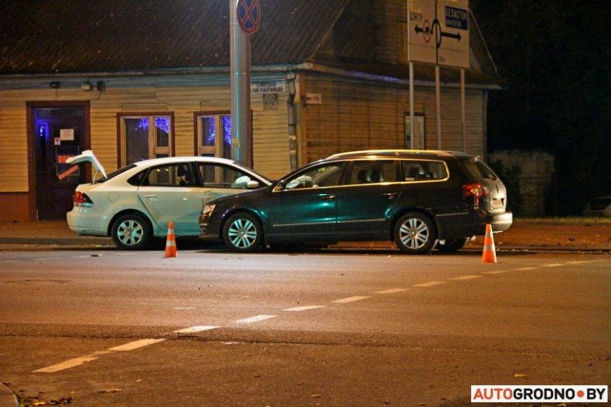 """Тройная авария в Гродно: два автомобиля вынесло на тротуар, пострадал пешеход. Все водители говорят, что ехали на """"зеленый"""", фото-14"""