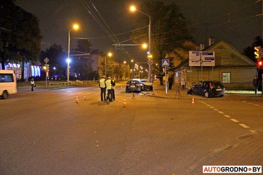 """Тройная авария в Гродно: два автомобиля вынесло на тротуар, пострадал пешеход. Все водители говорят, что ехали на """"зеленый"""", фото-19"""