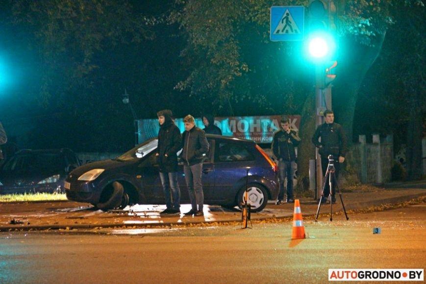 """Тройная авария в Гродно: два автомобиля вынесло на тротуар, пострадал пешеход. Все водители говорят, что ехали на """"зеленый"""", фото-15"""