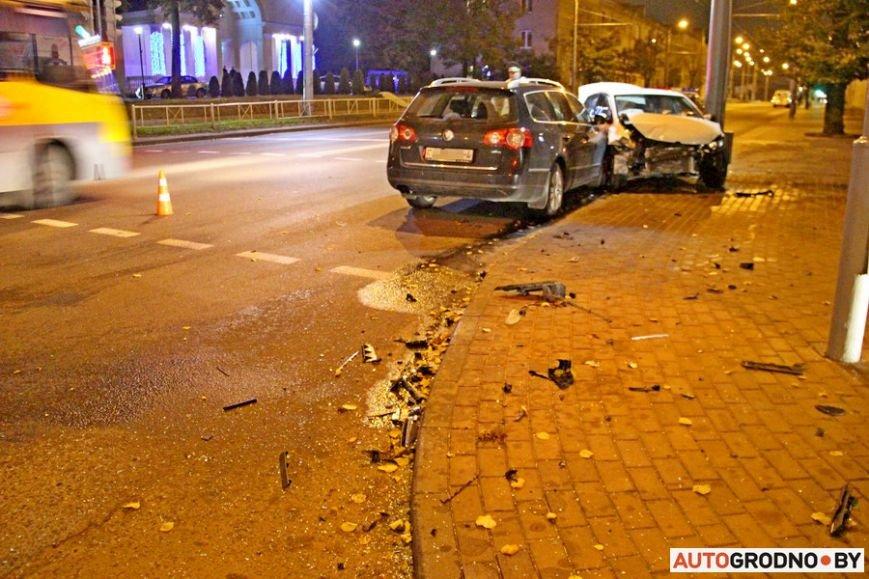 """Тройная авария в Гродно: два автомобиля вынесло на тротуар, пострадал пешеход. Все водители говорят, что ехали на """"зеленый"""", фото-9"""