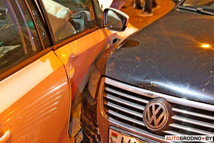 """Тройная авария в Гродно: два автомобиля вынесло на тротуар, пострадал пешеход. Все водители говорят, что ехали на """"зеленый"""", фото-13"""