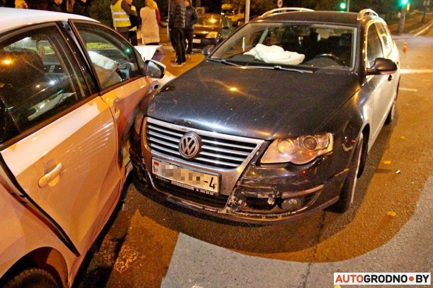 """Тройная авария в Гродно: два автомобиля вынесло на тротуар, пострадал пешеход. Все водители говорят, что ехали на """"зеленый"""", фото-12"""