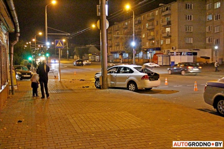 """Тройная авария в Гродно: два автомобиля вынесло на тротуар, пострадал пешеход. Все водители говорят, что ехали на """"зеленый"""", фото-20"""