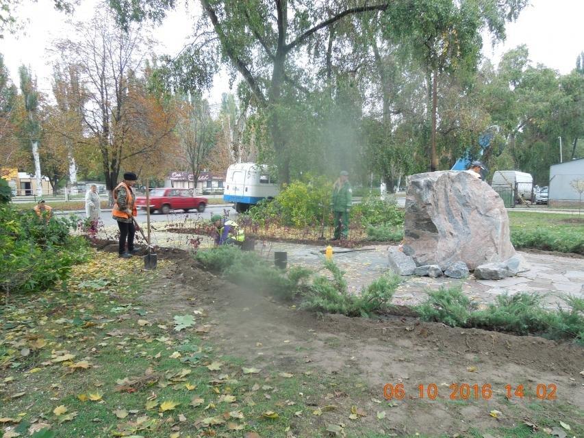 Ивы, сливы, барбарис: в кременчугских скверах и парках высаживают новые кусты и деревья (ФОТО), фото-20