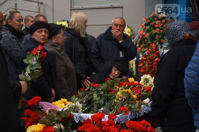 Сотни криворожан пришли проститься с погибшим в АТО Героем Денисом Бондарем (ФОТО), фото-11