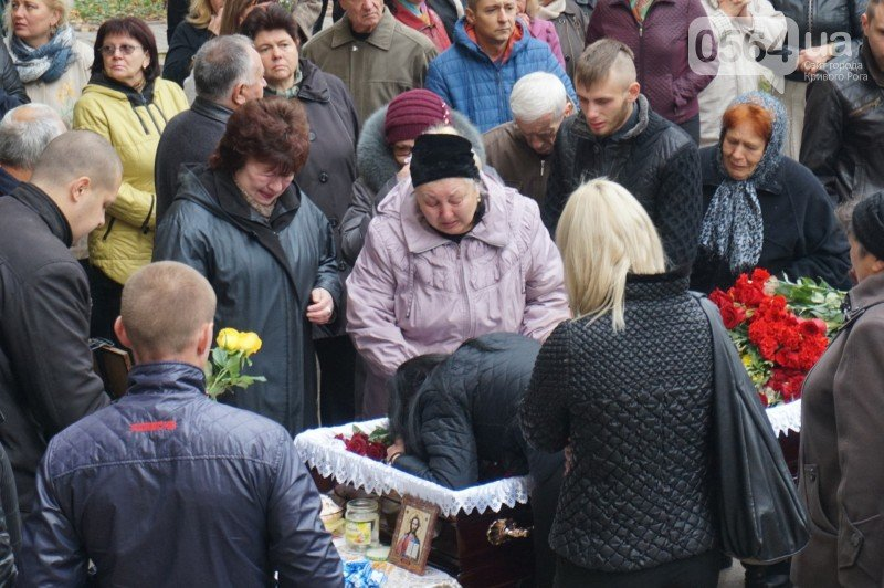 Сотни криворожан пришли проститься с погибшим в АТО Героем Денисом Бондарем (ФОТО), фото-3