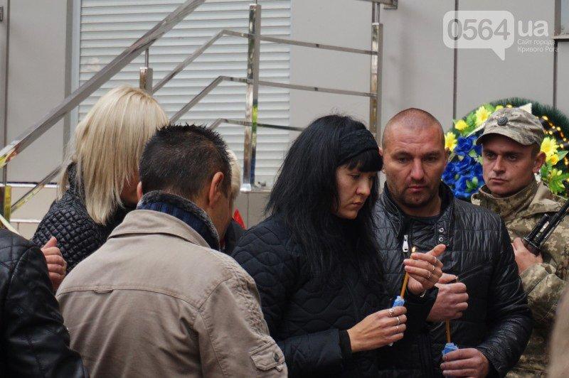 Сотни криворожан пришли проститься с погибшим в АТО Героем Денисом Бондарем (ФОТО), фото-14
