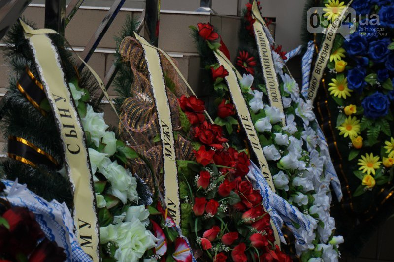 Сотни криворожан пришли проститься с погибшим в АТО Героем Денисом Бондарем (ФОТО), фото-13