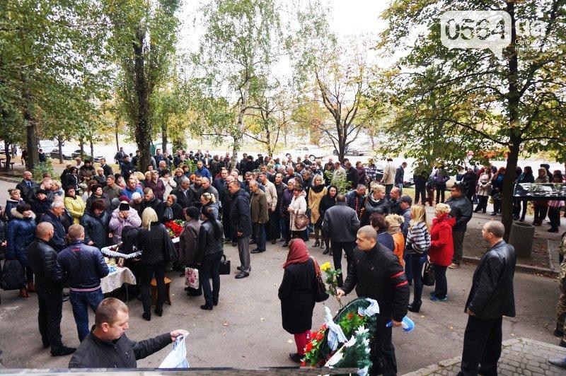 Сотни криворожан пришли проститься с погибшим в АТО Героем Денисом Бондарем (ФОТО), фото-2