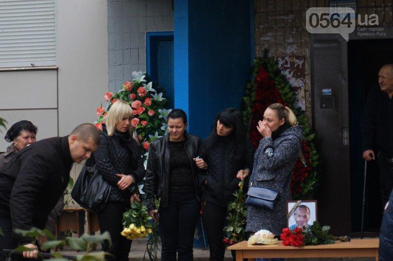 Сотни криворожан пришли проститься с погибшим в АТО Героем Денисом Бондарем (ФОТО), фото-1