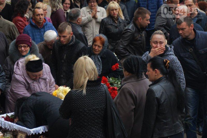 Сотни криворожан пришли проститься с погибшим в АТО Героем Денисом Бондарем (ФОТО), фото-4