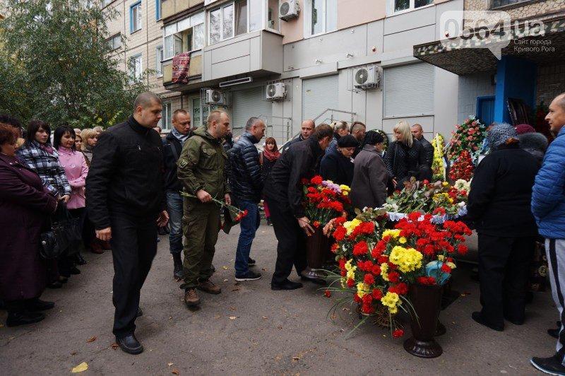 Сотни криворожан пришли проститься с погибшим в АТО Героем Денисом Бондарем (ФОТО), фото-12