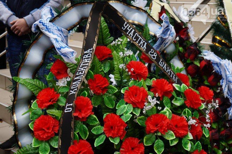 Сотни криворожан пришли проститься с погибшим в АТО Героем Денисом Бондарем (ФОТО), фото-8