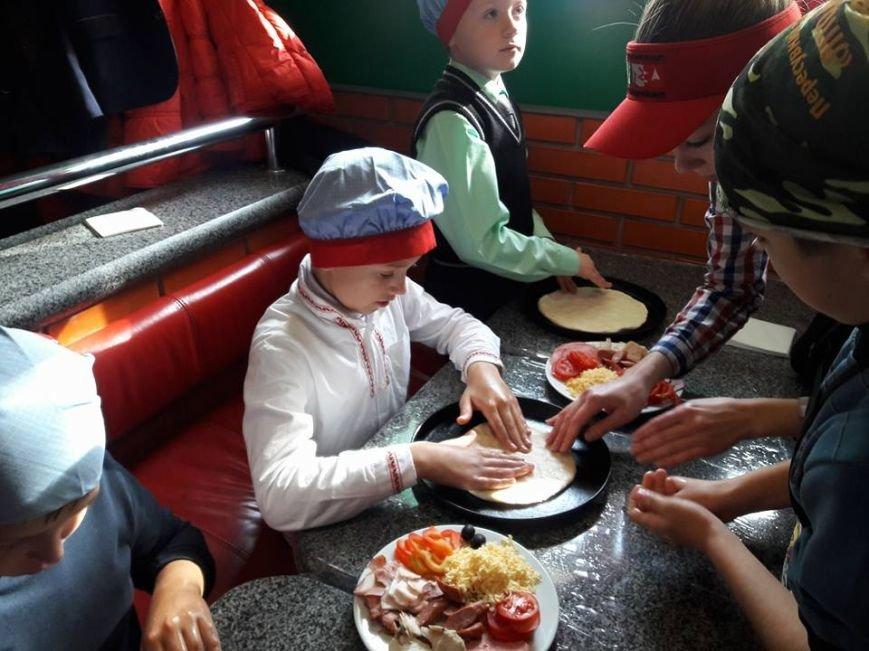 Дітей переселенців та учасників АТО вчили власноруч готувати піцу (ВІДЕО), фото-2