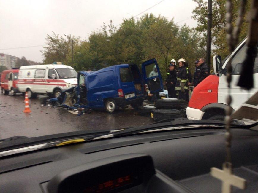 У Львові внаслідок зіткнення автомобілів загинуло двоє людей: перші фото з місця ДТП, фото-2