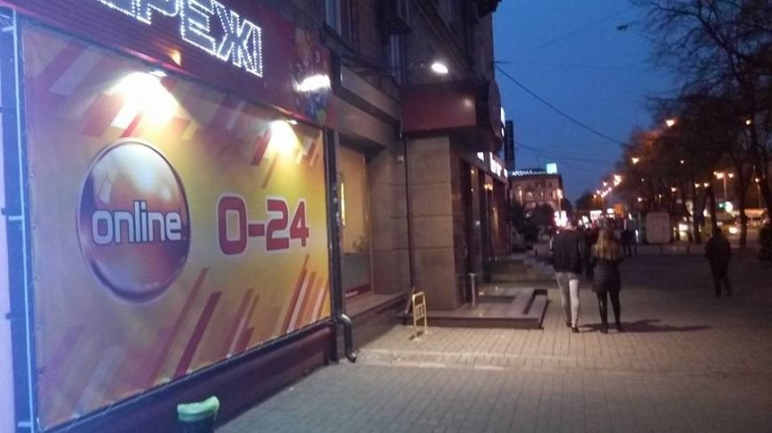"""В Запорожье возле ТЦ """"Украина"""" опять открылся зал игровых автоматов, который закрывала прокуратура, - ФОТО, фото-2"""