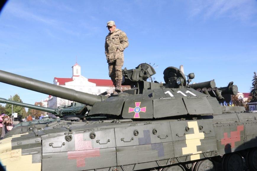 На Красной площади в Чернигове сегодня с самого утра стоят танки, фото-5