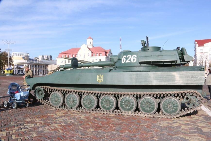На Красной площади в Чернигове сегодня с самого утра стоят танки, фото-2